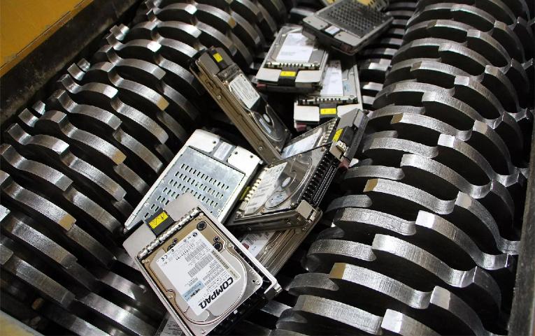 Schredder zum Vernichten von Festplatten