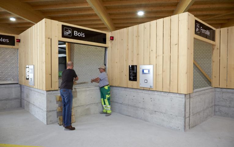 Ein- und Ausfahrt am automatisierten Entsorgungshof: Terminal, Schranken und Zahlstation